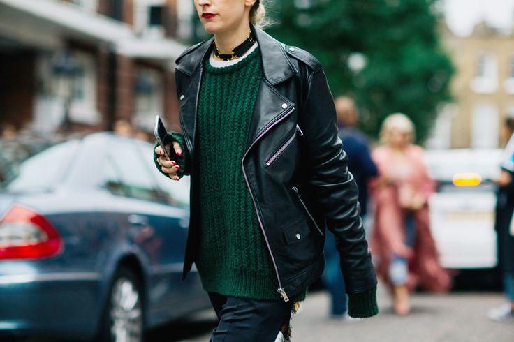 Settimana della Moda di Londra 2017  I choker non devono causare disagio in chi li porta e devono essere in armonia con i vestiti.  Questo tipo di collana non è adatto a tutte, ma ogni vera fashionista sa scegliere il choker che fa al caso suo. L'importante è che la base del choker sia nera, come si è visto per le strade di Londra: