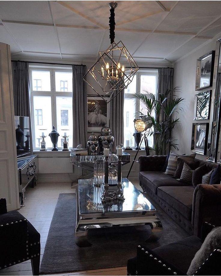 Nok en helg er ved veis ende Føler meg som verdens heldigste som har så mange fine mennesker og venner rundt meg❤️ Nyt helgens siste timer⭐️ #bymadsmagazine #bymads #madsmolvik #myhome #livingroom #stue #hjem #interiør #inredning #interior #interiordesign #lamp #view #mirror #couch #sofa #flower #inspire_me_home_decor #interior123 #glam #classic