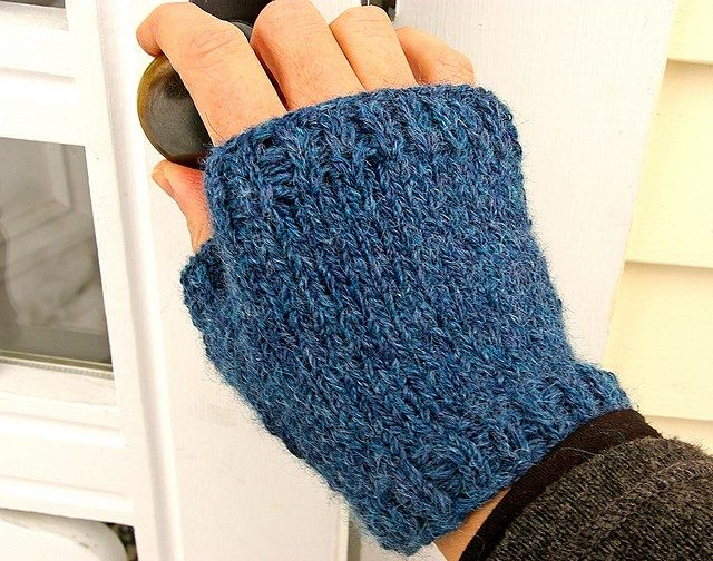 Mittens Knitting Pattern In The Round : 150 best images about Handwear Knitting Patterns Gloves and Mittens on Pinter...