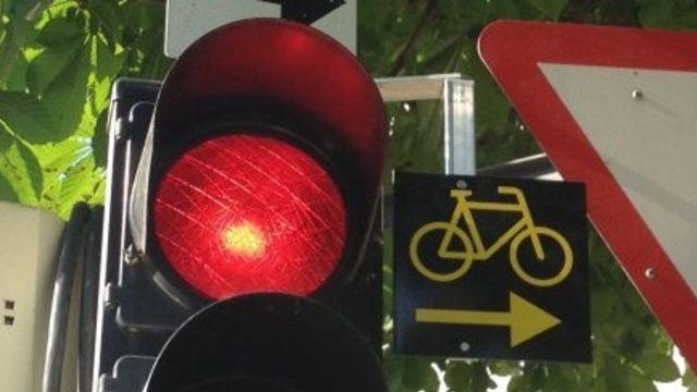Das Bundesamt für Strassen plant, Velofahrern das Rechtsabbiegen bei Rot zu erlauben. Die Idee wurde bereits an verschiedenen Orten getestet.