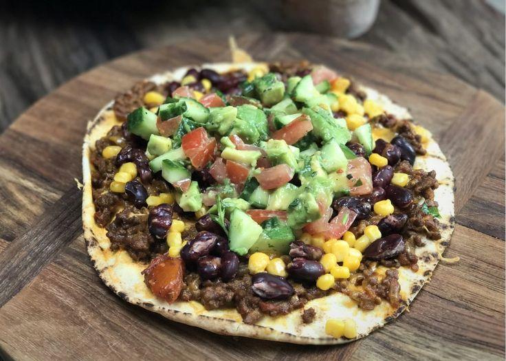 Deze MexicaanseTostadamet kruidig gehakt, bonen en een frisse salsa is echt een super lekker recept. Het lijkt een beetje op een pizza maar in plaats van pizzadeeg te gebruiken, gebruik je een wrap/tortilla. Het lekkerst is natuurlijk om zelf je wraps te maken, het recept voor zelfgemaakte wraps vind jehier. Bij ons staat deze tostada …