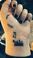 Boa Noite Encantados!     Vi poucos blogs falando disso, então resolvi fazer... Tatuagem para amantes de Livros!     Talvez você queira fa...