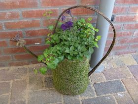 Dit keer heb ik een gieter gemaakt van gaas en mos.   De tuit is gemaakt van buigzame stokken met daarop een lotus (douchekop) als tuit...