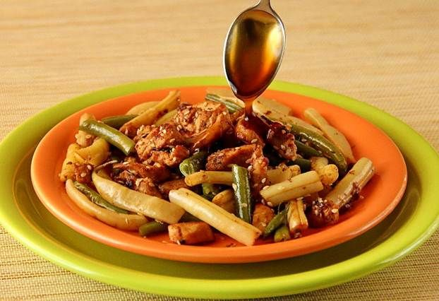 Курица с фасолью по-восточному | Очень простое сочетание привычных продуктов приятно удивит необыкновенным новым вкусом, а соус придаст куриному мясу изысканную нотку, характерную для восточной кухни.