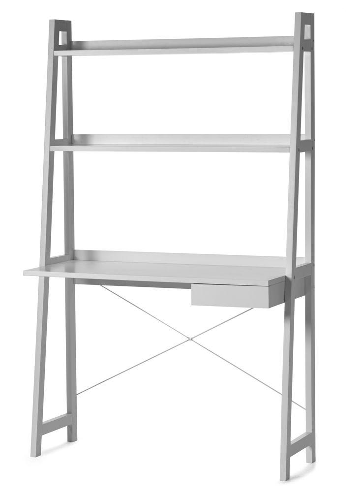 Ett lättplacerat skrivbord med två hyllor upptill samt en låda för förvaring. Kombinera med Volly hylla för extra förvaring vid skrivplatsen.