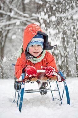 Deti potrebujú chodiť von aj v zime. Ak však nemajú dostatočný pohyb, rýchlo premrznú a nebude sa im vonku páčiť. Ponúkame vám niekoľko tipov na hry v (nielen) zasneženej prírode, aby sa vaše prechádzky v mraze stali dobrodružstvom.