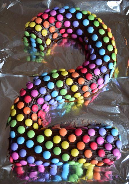 gâteaux anniversaire smarties forme de deux arc en ciel (30)