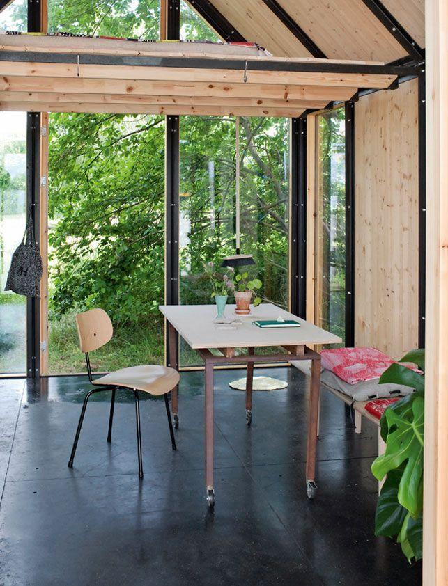 Med Operahuset som nabo og udsigt til Amalienborg bor en ung designer i et lille hus, der i den grad omfavner den urbane nomadetrend og udfordrer vores måde at opfatte et hjem på.