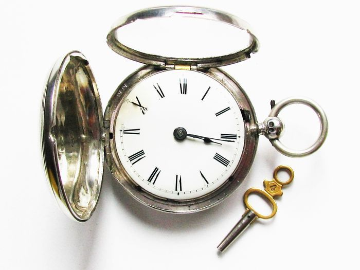 """Een zakhorloge antieke Engelse savonette spindel - gemaakt van massief zilver - London - 1836  Het vuur verguld en pop-out uurwerk met ketting en zekering is volledig functioneel.De nauwkeurigheid van de klok is vrij goed maar natuurlijk niet gegarandeerd.Emaille wijzerplaat in zeer goede staat. Een goede reparatie in de buurt van de X.Glas in perfecte staat.Een glanzende behuizing met kleine deuken en tekenen van gebruik.Stempel: London 1836.""""JW"""" is voor James Wintle zilveren meester in…"""
