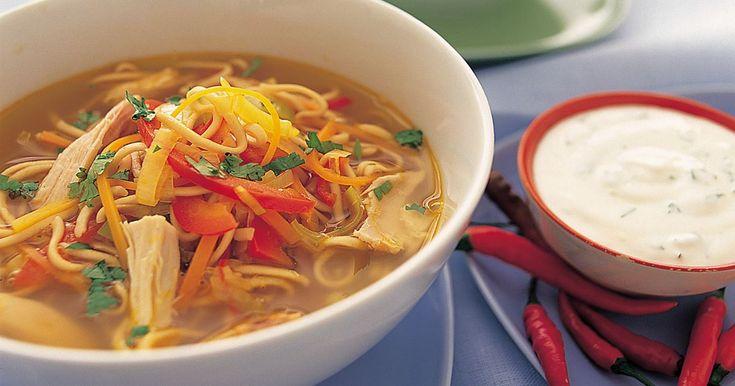 KYCKLINGSOPPA MED NUDLAR -   Nudlar och kyckling passar förträffligt ihop och ger lite asiatiska förtecken till denna lättlagade soppa.
