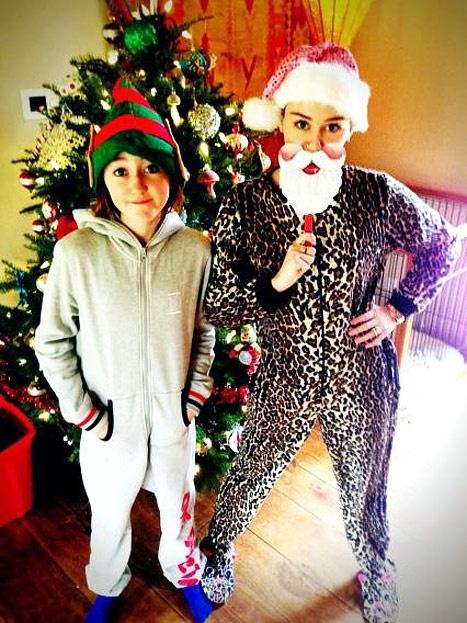Miley Cyrus en Navidad con pijamas animal print