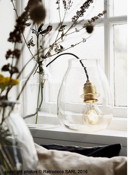 Coup de coeur pour cette lampe baladeuse dans l'air du temps à suspendre sur une étagère, à mettre dans un vase, sur des poutres... Disposez comme vous le souhaitez au gré de votre imagination, le fil à l'aide de petits clous que vous utiliserez comme support. Mettez-y une ampoule décorative à filaments, à la vente sur ce site de la forme que vous souhaitez. Existe également en noir. Ampoule gros culot à vis max 60 watts. Fil tissu. Sans interrupteur. Peut également servir de système…