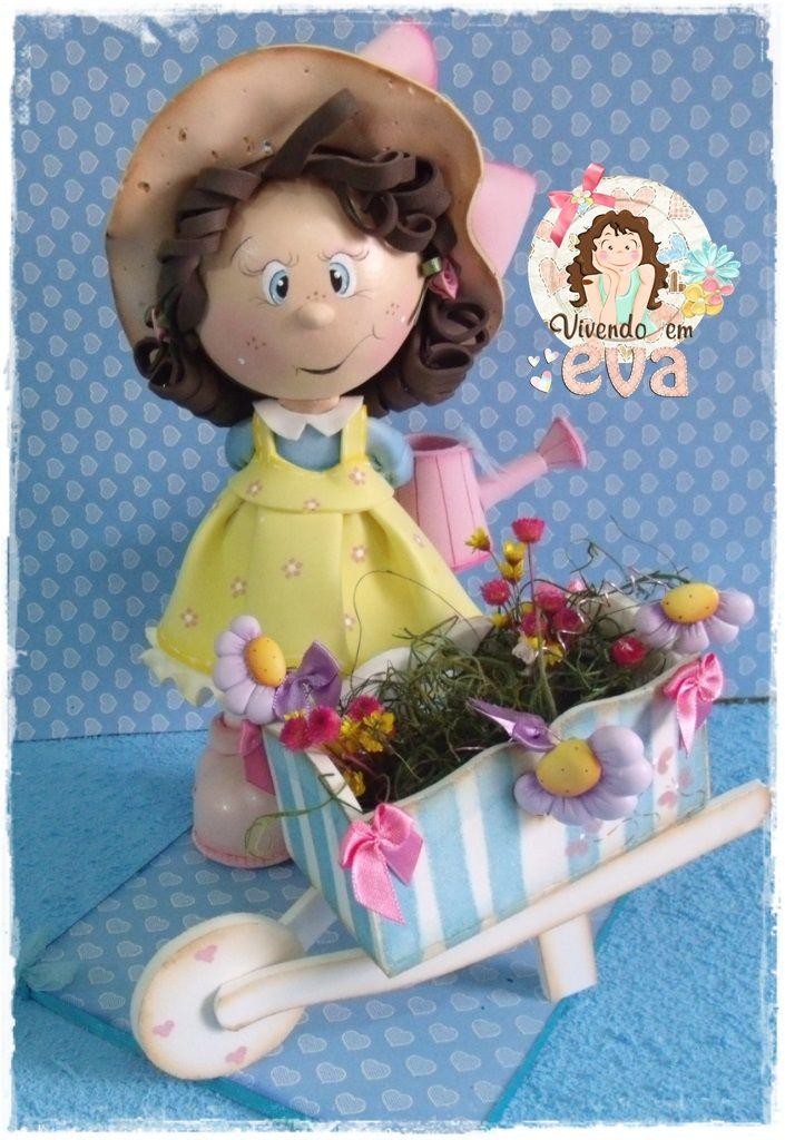Muñeca fofucha jardinera con carretilla de flores.