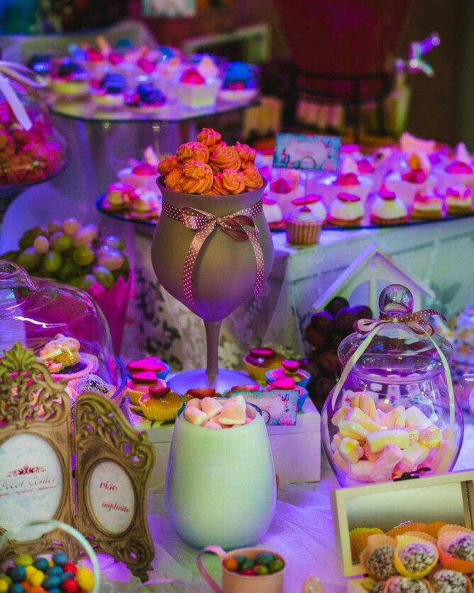 Hmm..ce de dulciuri! Toate acestea pot face parte din candy bar-ul tău, ce zici? Intră acum pe www.decorcenter.ro şi vezi oferta noastră.