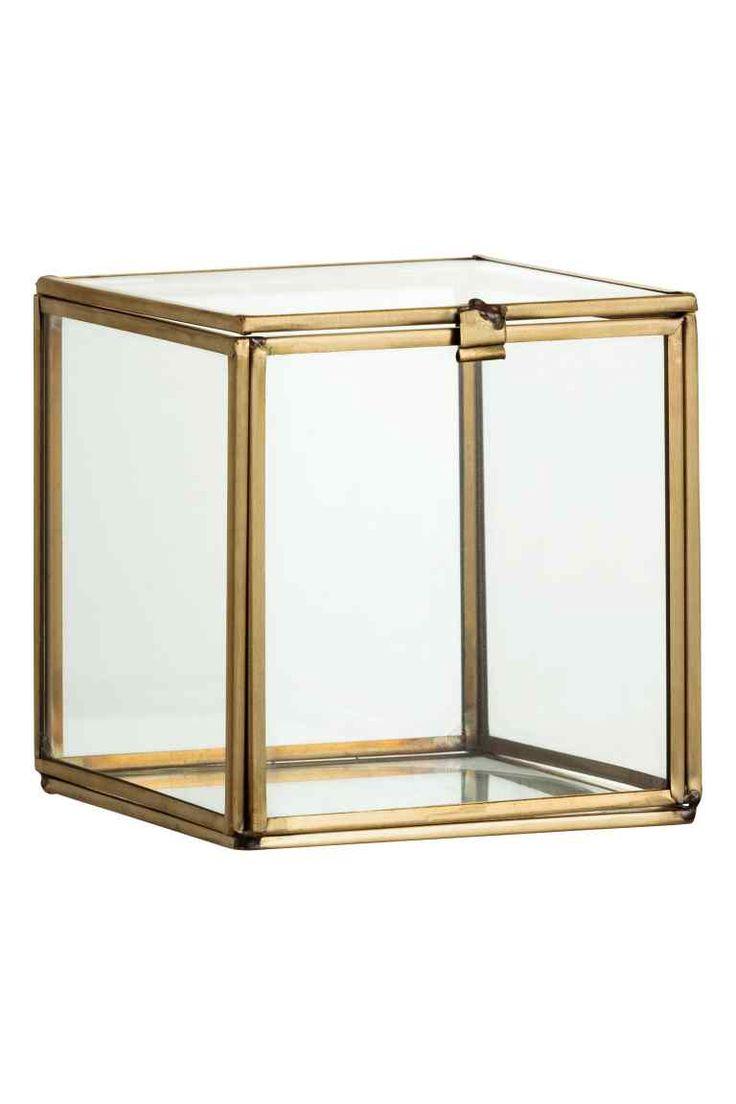 Caixa de vidro: Caixa pequena em vidro transparente com rebordos de metal e tampa. Medidas aprox.: 11x11x11 cm.