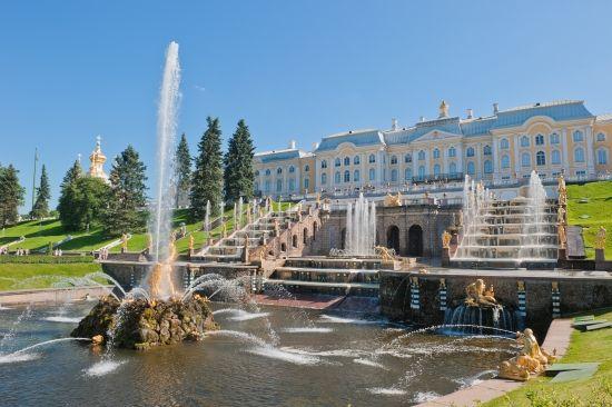 Château de Peterhof, près de Saint-Pétersbourg. Vue partielle du château de Peterhof (aujourdhui Petrodvorets), près de Saint-Pétersbourg (Russie). Inspiré de Versailles, construit par le Français Alexandre Leblond (1679-1719) et agrandi (1747-1752) par Rastrelli, il fut reconstitué après la Seconde Guerre mondiale. Le site est inscrit sur la liste du patrimoine mondial de lUnesco depuis 1990.