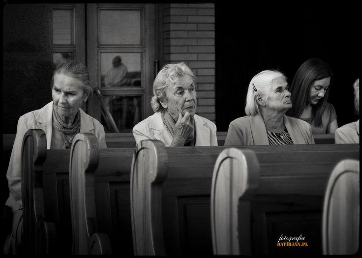 """To jest jedno z moich zdjęć w kościele. Lubię to ujęcie, które przedstawia cztery kobiety podczas słuchania """"Słowa Bożego"""". Myślę, że ta fotografia wygląda najlepiej w czerni i bieli... Fotograf Ślubny http://davidjan.pl"""