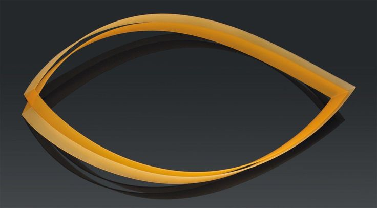 EMMY VAN LEERSUM Collier double composé de quatre lanières en nylon et pigments jaune clair et jaune foncé. 1980-1982. Numéroté 2/2 et monogrammé Emmy Van Leersum. H_1 cm L_30,5 cm (chaque lanière) Bibliographie:… - Pierre Bergé & associés - 14/12/2011