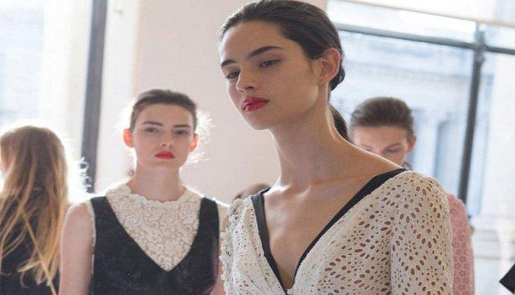 Solo tiene 17 años y se ha convertido en una de las modelos del momento. Se trata de África Peñalver, una española que está arrasando en la semana de la alta costura de París. La joven ya ha desfilado para grandes marcas como Dior o Chanel, y seguro la seguiremos viendo de hoy en adelante.