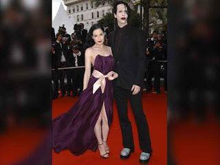 7 famosos feos con parejas muy atractivas. El #2 le pagó 10 millones de dólares