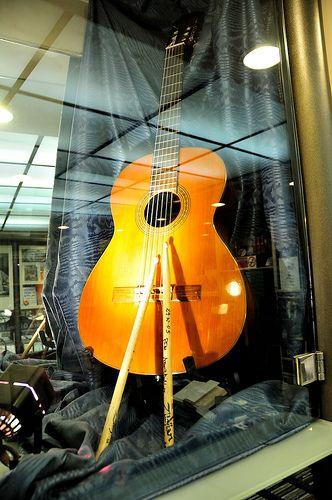 In un negozio di dischi tutto dedicato a Fabrizio De Andrè, in una vetrina c'è una delle sue chitarre, la mitica Esteve '97, e le bacchette della batteria di Franz Di Cioccio (PFM). Ovviamente in Via del Campo