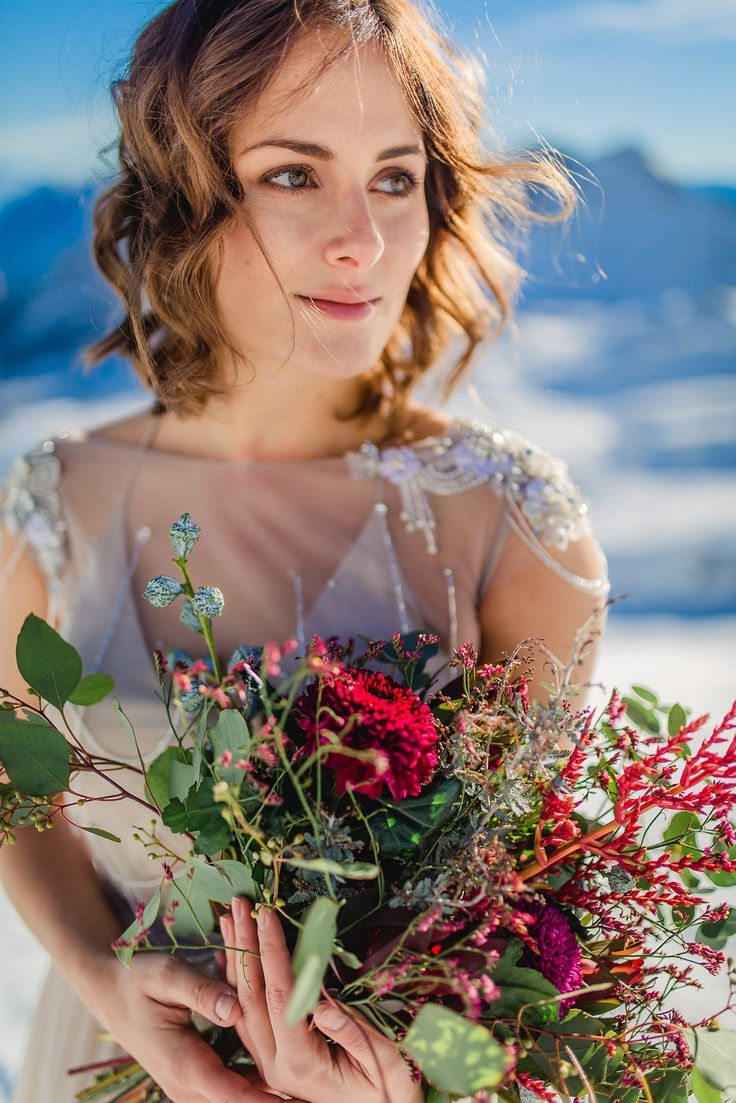 Oversize Bridal Bouquet. Wedding. (Blumen: @wildflowerstgt / Foto: http://www.ludmillaparsyak-weddings.com)