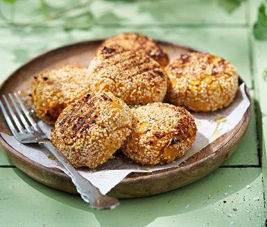 Krispigt grillade sötpotatisbiffar är perfekta som veganska burgare. Dessa gör middagen till en färggrann sommarmåltid. En härligt mättande rätt som ger smak och mångfald till grillfesten.