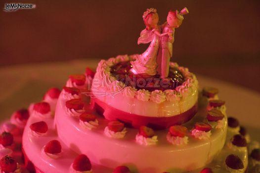 http://www.lemienozze.it/gallerie/torte-nuziali-foto/img36875.html Torta nuziale con fragoline e cake topper