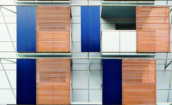Fachada Panel Trespa Balcón Contraventana Madera
