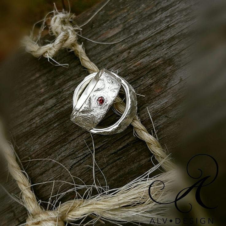 Kan det bli mer rustikt än såhär!? Låt oss presentera vackra paret  FREJ med och utan sherryröd  diamant 0,05 ct.  Design och arbete av  konstnär och silverdesigner  Kenneth Lindström, Alv Design.  Välkommen att se mer av våra handgjorda silverringar i webbutiken www.alvdesign.se