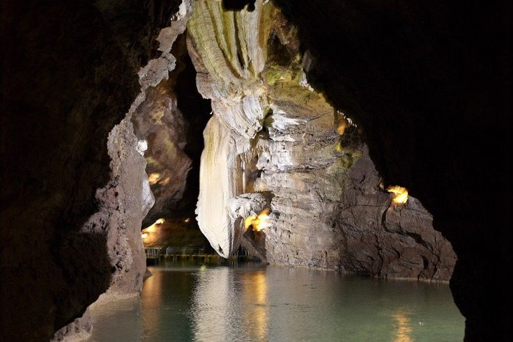 Gouffre de Padirac, Lot Dans le parc naturel régional du Vercors, la Grotte de Choranche, appelée aussi grotte de Coufin, offre un spectacle aussi rare que féérique de stalactites fistuleuses. Stalactites très fines constituées de cristaux de calcaire, elles ornent le plafond de la grotte par milliers.