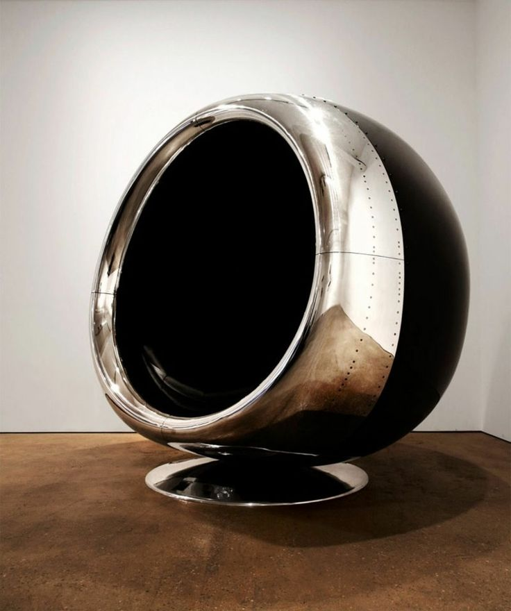 fauteuil original de designer en forme d'oeuf
