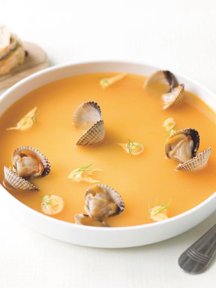 Bereiden:Maak de bouillabaise:Snijd de gekuiste vis in stukken. Spoel onder koud, stromend water. Laat de gespoelde vis even uitdrogen op een handdoek. Bak de vis in de helft van de olijfolie tot hij een mooie kleur heeft. Haal de vis uit de pan en leg in een vuurvaste schotel.Verwarm de oven voor op 180