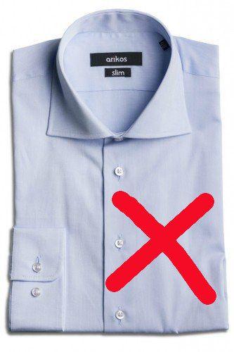 Barevná košile do smokingu rozhodně nepatří. Ani do tmavého obleku, který ho má nahradit, není úplně nejvhodnější - pokud můžete, zůstaňte prosím u bílé. Když nebude zbytí, zvolte co nejsvětlejší, jemnou barvu.