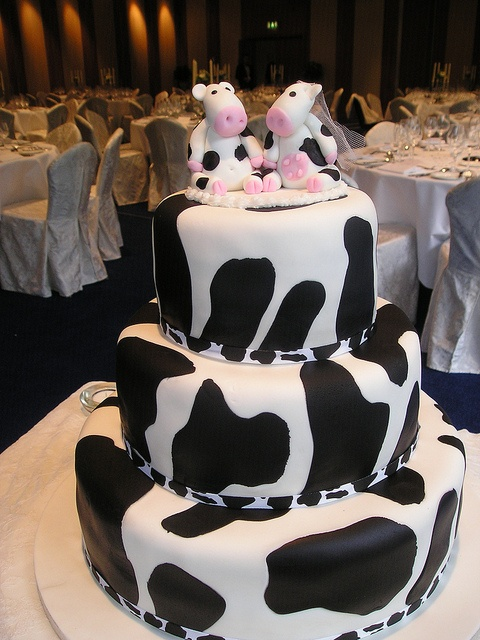 Cow Wedding Cake! -- Totally me: I <3 cows
