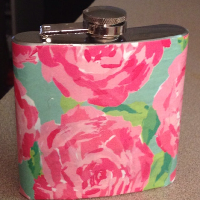 Lilly Pulitzer flask- this would be so cute with a vinyl monogram sticker in the middle!  Wanttttttt