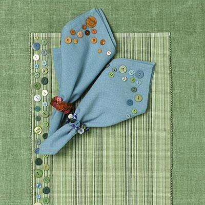 Cambie de seguridad de sus cotidianas manteles comedor y servilletas estampando botones coloridos a lo largo de los bordes.