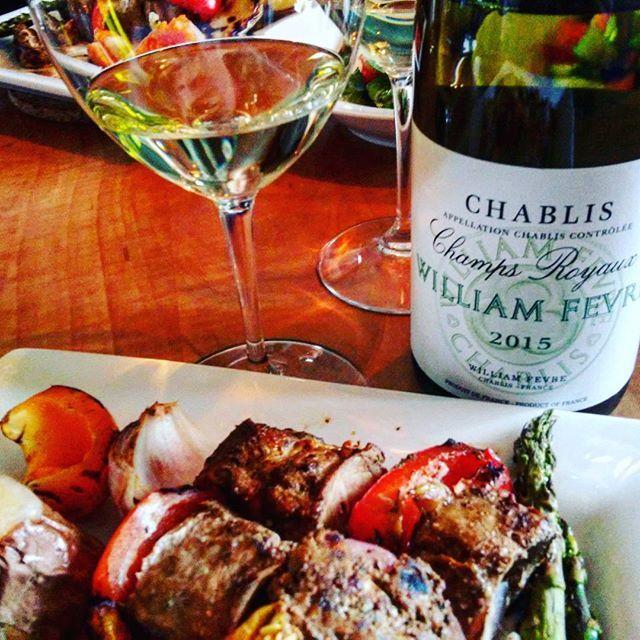 Un délice #brochettes de #porc et #vin blanc en jeunesse #chablis #chardonnay #williamfevre #bourgogne bonne appétit ! b...