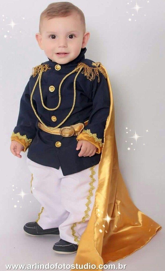 Linda fantasia, confeccionada em, oxfordine, cetim, algodão e strass em dourado. A fantasia é composta em:  > blazer  > calça com detalhes;  > capa de príncipe.  Fazemos em outras cores também....