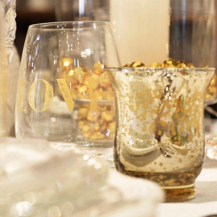 Mensajes de Amor | Nada mejor que sentarse a la mesa y estar rodeado de buenos deseos, elegir los vasos con mensajes es un detalle oportuno para mimar a tus invitados y además, da un toque de elegancia y festividad. El color elegido, el dorado, acompañado de velas del mismo color darán a la mesa un toque mágico y sofisticado!  Si no tenes vasos con frases, no te preocupes podes comprar un marcador indeleble para cristal y vos mismo dibujarlos! @cynthiakern