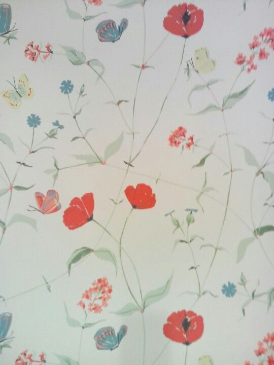 Behang, achtergrond room kleurig met fragiel geschilderde rode bloemen en vlinders (niet meer leverbaar)