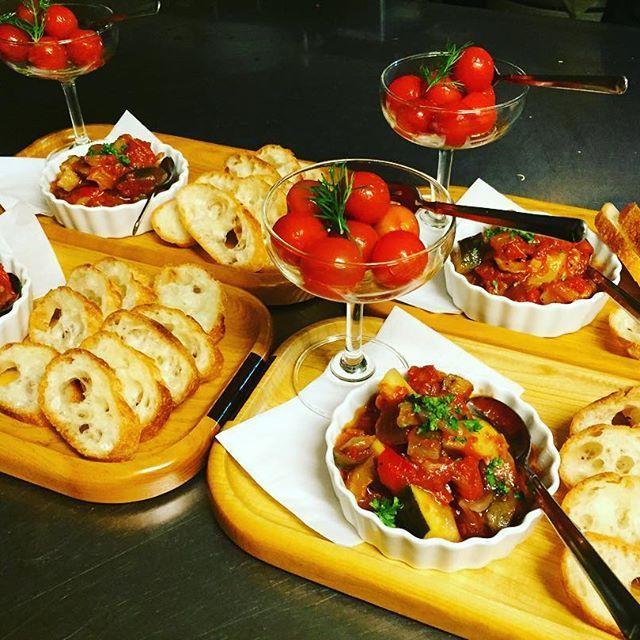 前菜:トマトのピクルス・ラタトゥイユです☺︎ バケットは、仕入れをお願いしている、とっても美味しいパン屋さんのもの🍞 #肉バル #肉 #パセオ通り #福島 #居酒屋 #ランチ #ディナー  #宴会 #パーティー #カジュアルフレンチ #nico #ニコ #肉女子 #肉盛り #前菜 #トマトのピクルス #バケット #ラタトゥイユ
