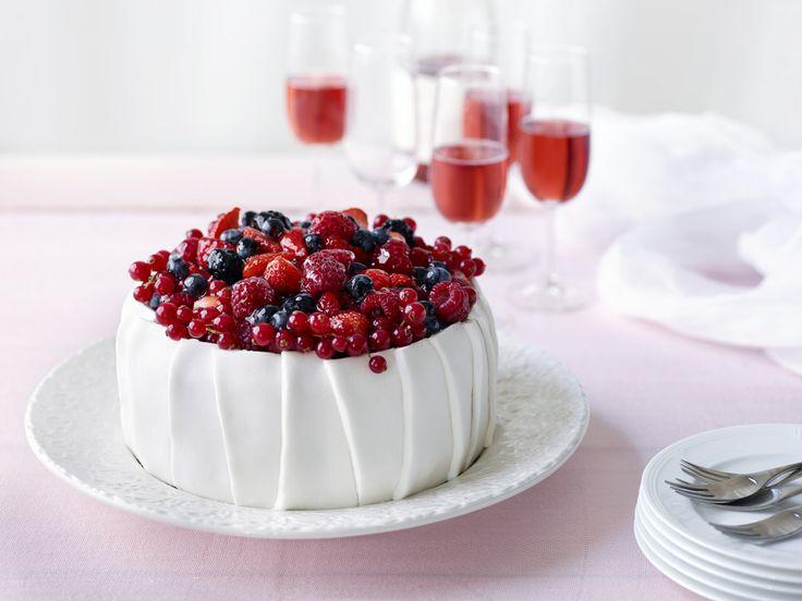 Marjainen täytekakku on juhlien kuningatar! Katso resepti: http://www.dansukker.fi/fi/resepteja/marjainen-taytekakku.aspx #kakku #marjakakku #juhlat #resepti #ohje