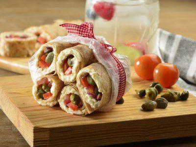 Rollitos de Queso con Alcaparras y Jitomate | Estos rollitos de queso con alcaparras y jitomate son muy prácticos y una muy buena opción para ofrecer como botana en tus fiestas o simplemente a tu familia. Prepáralos en tan sólo 10 minutos.