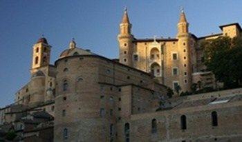 """Urbino patrimonio UNESCO   Urbino da piccolo Borgo a """"Culla del Rinascimento""""         Siete mai stati a Urbino? E' una meta che deve essere messa assolutamente nel carnet di viaggio, non è necessario girare per chiese, anche se ve ne sono molte e di una bellezza inestimabile,…"""
