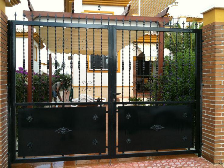 Metal gate @ La Marina