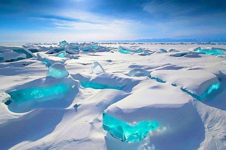 ロシアにあるバイカル湖は、三日月型をした世界最古の湖。一面が氷に覆われた冬のバイカル湖が幻想的だとネットで話題!今回は、そんな絶景を有するバイカル湖の楽しみ方やアクセス方法を詳しくご紹介します。  バイカル湖とは?...