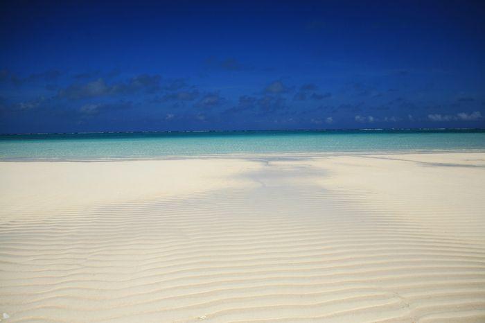 沖縄県本島のほぼ東に位置する「久米島(くめじま)」は、飛行機で1時間弱、船で約3時間とアクセスしやすい離島です。久米島のすごいところは、島全体が県立自然公園に指定されていること。絶対にはずせない白砂だけの無人島「ハテの浜」など自然も満喫できる他、美しい海リゾート、車海老などの島グルメや、観光名所を2泊3日で欲張りに堪能する久米島の旅に出かけてみましょう。