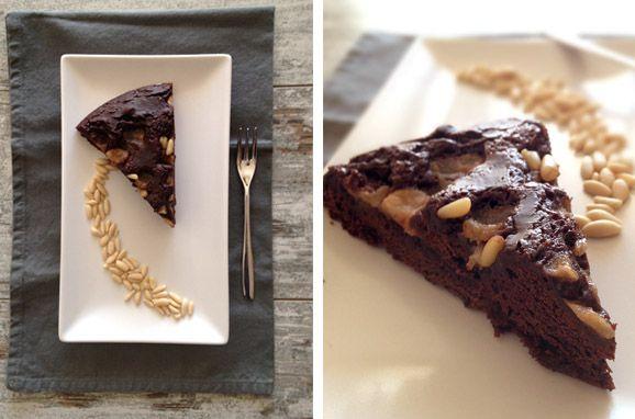 Torta al cioccolato con pere caramellate e pinoli