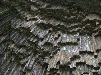 自然に出来たなんて信じられないアルメニアの柱状節理 : らばQ